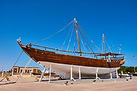 Sultanat d'Oman, gouvernorat de Ash Sharqiyah, le port de Sur, le village de pêcheurs de Ayjah, dhow en bois traditionnel en construction dans un chantier naval // Sultanate of Oman, Al Sharqiya Region, Ayjah harbour in Sur, dhow in construction in shipyard