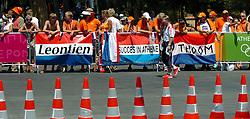 18-08-2004 WIELRENNEN: TIJDRIT OLYMPIC GAMES: ATHENE<br /> Leontien Zijlaard van Moorsel pakt de gouden medaille op de tijdrit - vlaggen spandoeken voor Leontien<br /> ©2004-WWW.FOTOHOOGENDOORN.NL