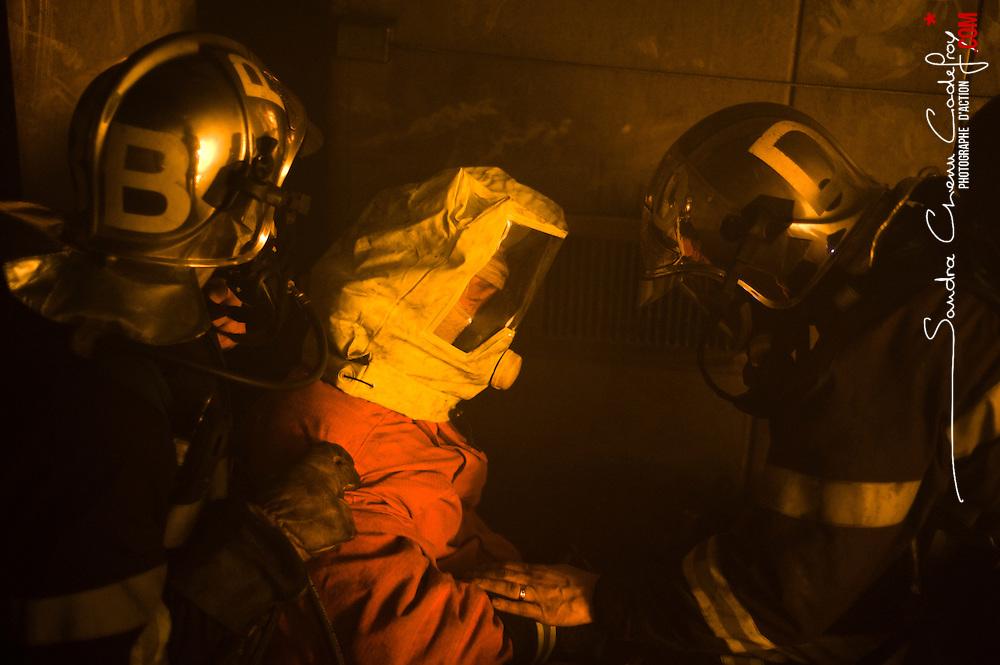 A la suite de la terrible catastrophe de l'incendie du tunnel du Mont Blanc, qui a entre autres mis en évidence un manque de formation des services de secours; la SFTRF, société gestionnaire du tunnel du Fréjus, a pris l'initiative de construire le CFETIT en 2002. Entièrement dédié aux feux de tunnel ce centre sert au passage du stage EITR (Équipier d'Intervention en Tunnel Routier). Particulièrement éprouvant pour les pompiers savoyards qui l'ont suivi pendant 5 jours, ce stage est l'occasion de se familiariser au port permanent de l'ARI (Appareil Respiratoire Isolant) qui permet de respirer dans la fumée ainsi qu'au changement dans le noir absolu de leurs bouteilles d'air, à la mise en sécurité de victimes et surtout à la progression dans un tunnel en l'absence de leurs repères visuels familiers.<br /> février 2011 / Modane / Savoie (73) / FRANCE<br /> Cliquez ci-dessous pour voir le reportage complet (140 photos) en accès réservé<br /> http://sandrachenugodefroy.photoshelter.com/gallery/2011-02-Stage-Equipier-Intervention-en-Tunnel-Routier-au-CFETIT-Complet/G0000MARRNoQgsho/C0000yuz5WpdBLSQ