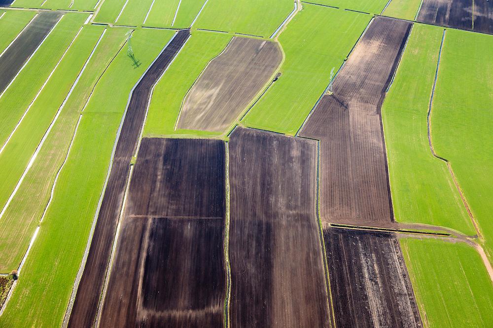 Nederland, Friesland, Weststellingwerf, 01-05-2013; veenweidegebied grenzend aan laagveengebied Rottige Meente ten zuidwesten van Wolvega, omgeving Nijetrijne. <br /> Het ontgonnen veen wordt nu voor veeteelt gebruikt, de mest wordt uitgereden over de weilanden en is geïnjecteerd.<br /> Former bog meadows area near Wolvega, Friesland (North Netherlands) now used for cattle. <br /> luchtfoto (toeslag op standard tarieven)<br /> aerial photo (additional fee required)<br /> copyright foto/photo Siebe Swart