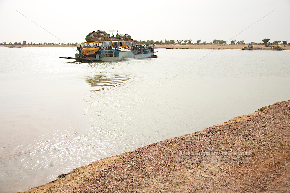 Djenné, Mali 2009 - A small cargo ferry crosses the Niger River near Djenné.