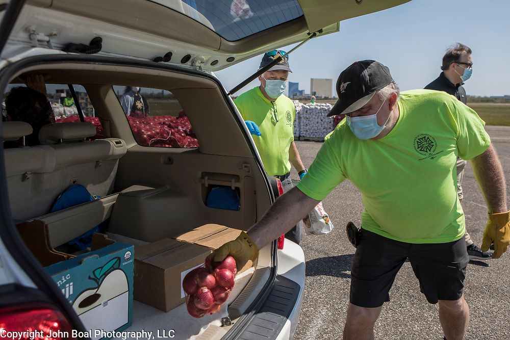 Tim Slepitis, places a bag of onions into the trunk of an unemployed casino worker during an emergency food distribution organized by the Community Food Bank of New Jersey, in Atlantic City, New Jersey on Thursday, May 14, 2020. Many of the casinos in Atlantic City voluntarily shut down in early March, leading to a surge in unemployment and food insecurity.  The emergency food distribution was paid for by the Casino Reinvestment Development Authority (CRDA), who approved an additional $300,000 in funding support for in response to the ongoing COVID-19 pandemic. John Boal/for Der Spiegel