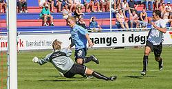 FODBOLD: Målmand Thomas Seidelin (Lyngby) dykker ned foran Jonas Rohrberg (Helsingør) under kampen i Kvalifikationsrækken, pulje 1, mellem Elite 3000 Helsingør og Lyngby Boldklub den 10. juni 2006 på Helsingør Stadion. Foto: Claus Birch