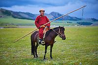 Mongolie, Province de Ovorkhangai, Vallee de l'Orkhon, campement nomade, cavalier mongol avec son urga // Mongolia, Ovorkhangai province, Orkhon valley, Nomad camp, Mongolian horseriderr with his urga to catch the horses