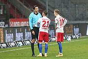 Fussball: 2. Bundesliga, FC St. Pauli - Hamburger SV, Hamburg, 01.03.2021<br /> Schiedsrichter Deniz Aytekin spricht mit Tim Leibold (HSV, M.) nach dessen roter Karte, Sonny Kittel (HSV, r.)<br /> © Torsten Helmke