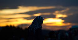 15.09.2015, Heiligenkreuz im Lafnitztal, Burgenland, AUT, Am Abend überquerten etwa 500 Flüchtlinge die Grenze zwischen Ungarn und Österreich in kurzer Zeit. im Bild Flüchtlinge überqueren die Grenze // at least 500 refugees crossing border on the evening of tuesday between hungary and austria at Heiligenkreuz im Lafnitztal in Burgenland on 2015/09/15, EXPA Pictures © 2015, PhotoCredit: EXPA/ Michael Gruber
