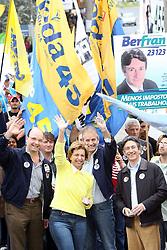 A candidata ao governo do Estado do RS, Yeda Crusius durante caminhada na Av. Assis Brasil, zona norte de Porto Alegre. FOTO: Jefferson Bernardes/Preview.com