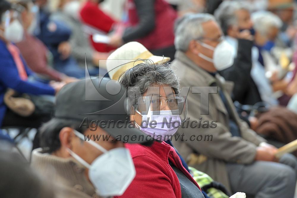 Toluca, México.- Adultos mayores reciben la primera dosis de la vacuna contra Covid-19 en las instalaciones del Conservarorio Estatal de Música, una de las cuatro sedes habilitadas para aplicar el biológico en la ciudad de Toluca. Agencia MVT / Mario Vázquez de la Torre.