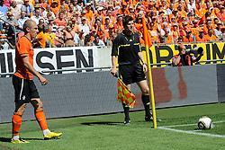 05-06-2010 VOETBAL: NEDERLAND - HONGARIJE: AMSTERDAM<br /> Nederland wint met 6-1 van Hongarije / Grensrechter Frank Willenborg en Arjen Robben<br /> ©2010-WWW.FOTOHOOGENDOORN.NL
