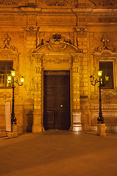 Il Palazzo dei Celestini, per tre secoli sede del convento dei Padri Celestini, è un monumento barocco di Lecce. Il Palazzo e la Basilica di Santa Croce costituiscono un unico complesso. Il monastero venne istituito già nel 1352 dal conte di Lecce e duca di Atene, Gualtieri VI di Brienne. Tale complesso, affidato fin dall'inizio ai Celestini, era situato sull'area occupata oggi dal castello. Nel 1549, infatti, in seguito alla volontà di Carlo V di ampliare le mura e di costruire una nuova fortezza, il convento fu abbattuto e i Celestini si stabilirono nell'attuale sito. Il nuovo complesso venne costruito a partire dal 1549, su progetto del Riccardi, al quale si deve l'originario chiostro e il portale dell'annessa Basilica di Santa Croce.<br /> I maggiori lavori furono realizzati nel '600. Il lungo prospetto (1659-1695) fu opera di due architetti leccesi; Giuseppe Zimbalo e Giuseppe Cino, i quali edificarono rispettivamente il primo e il secondo ordine.<br /> Gli ordini della facciata risultano spartiti verticalmente da lesene. Il prospetto è arricchito da due loggette poste sui lati, da numerose finestre decorate da elaborate cornici e da un fregio ornato con scudi araldici. Il portale d'ingresso , posto al centro, presenta una decorazione di putti e grappoli di frutta.<br /> Dopo la soppressione degli ordini, avvenuta nel 1807, il monastero divenne Palazzo del Governo. Attualmente ospita gli uffici della Prefettura e della Provincia.