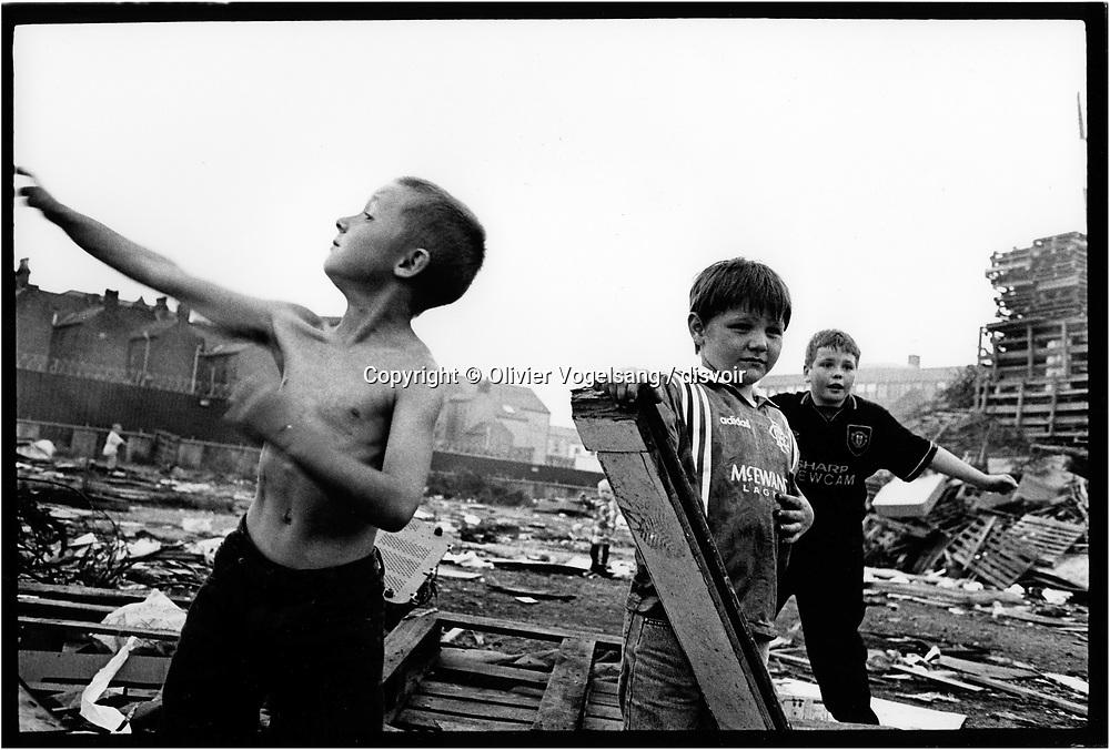 Irlande du Nord. Belfast. Jeux de guerre sur Shankill Road, quartier protestant.<br /> Northern Ireland. Belfast. Wargames in the protestant area.