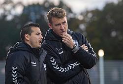 Assistenttræner Erik Nielsen og cheftræner Morten Mølkjær (Kolding IF) under kampen i 1. Division mellem FC Helsingør og Kolding IF den 24. oktober 2020 på Helsingør Stadion (Foto: Claus Birch).