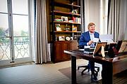 Koning Willem-Alexander heeft contact met Nederlanders in werkkamer tijdens Koningsdag thuis op Paleis Huis ten Bosch<br /> <br /> King Willem-Alexander in contact with the Dutch in their study during King's Day at home at Paleis Huis ten Bosch