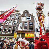 Nederland, Amsterdam , 1 februari 2014.<br /> De Drakendans onderdeel van hetChinees Nieuwjaar rond de Nieuwmarktbuurt.<br /> Hier traditioneel de start voor de Fo Guang Shan He Hua Tempel op de Zeedijk<br /> The Dragon Dance, part of the Chinese New Year celebration around the Nieuwmarkt area of Amsterdam (Chinatown)