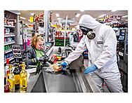 Danmark lukker ned pga af Corona-virus.<br /> Ulrich Dethlef Húnfjörð Jørgensen er hjemsendt med bihulebetændelse fra ISS, hvor han normalt vedligeholder Forsvarets skydebaner på Østfyn. Foruden sin kone, der stadig arbejder på en fynsk fødevarefabrik, har familien med deres tre børn på to, fem og syv år isoleret sig i hjemmet i Gamby Stationsby med et fyldt madlager. Det er Ulrich der foretager alle familiens indkøb og foregår iført sikkerhedsdragt, gummistøvler, gummihandsker og gasmaske.