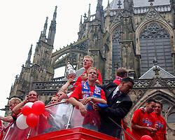 02-06-2003 NED: Huldiging bekerwinnaar FC Utrecht, Utrecht<br /> De spelers en de technische staf kregen een rondrit door de stad in een open Engelse dubbeldekker. Om 20.30 uur keert de stoet terug in Galgenwaard en zal in het stadion de officiële huldiging plaatsvinden / oa Stijn Vreven, Dirk Kuyt, Stefaan Tanghe, Alje Schut, Pascal Bosschaart