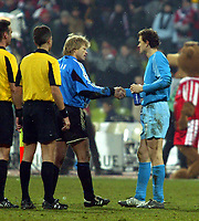 Fotball<br /> Champions League 2004/05<br /> Bayern München v Arsenal<br /> 22. febuar 2005<br /> Foto: Digitalsport<br /> NORWAY ONLY<br /> Jens Lehmann and Oliver Kahn shake hands at the final whistle