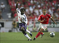 FOTBALL, 10 AUGUST 2004, LISBOA BENFICA - ANDERLECHT, CHAMPIONS LEAGUE PRELIMINARY ROUND 3 FIRST LEG, <br /> MBO MPENZA  - SIMAO<br /> PICTURE PHILIPPE CROCHET, DIGITALSPORT