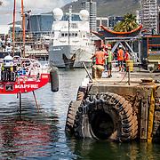 © Maria Muina I MAPFRE. Re-launching the boat into the water after the refit in Cape Town. El MAPFRE vuelve al agua después de la puesta a punto en Cape Town.