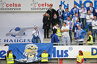 Ålesund 20110410. Vaktene fjerner en av Måkebergets bannere under eliteseriekampen i fotball mellom Aalesund og Haugesund på Color Line Stadion i Ålesund søndag kveld.<br /> Foto: Svein Ove Ekornesvåg