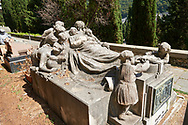 Pictures of the stone sculpture of a dead man lying whilst surrounded by his grieving family. The Lavarello tomb sculpted by Brizzolara 1926. The monumental tombs of the Staglieno Monumental Cemetery, Genoa, Italy .<br /> <br /> Visit our ITALY PHOTO COLLECTION for more   photos of Italy to download or buy as prints https://funkystock.photoshelter.com/gallery-collection/2b-Pictures-Images-of-Italy-Photos-of-Italian-Historic-Landmark-Sites/C0000qxA2zGFjd_k<br /> If you prefer to buy from our ALAMY PHOTO LIBRARY  Collection visit : https://www.alamy.com/portfolio/paul-williams-funkystock/camposanto-di-staglieno-cemetery-genoa.html