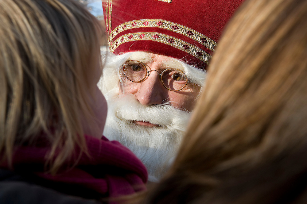 Nederland, Doorn, 14 nov  2009.Intocht Sinterklaas in Doorn.Kinderen zijn vaak bang voor Sinterklaas, dit meisje niet als Sint heel dichtbij komt en streng kijkt.Foto (c) Michiel Wijnbergh