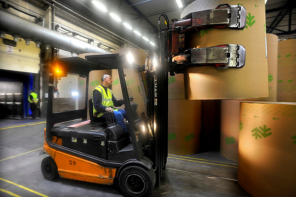 Nederland, Renkum, 15-4-2010Productieproces bij de papierfabriek Norske Skog, Parenco. Het magazijn vanwaar de rollen in vrachtwagens geladen worden.Foto: Flip Franssen/Hollandse Hoogte