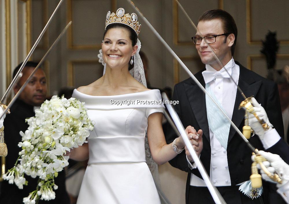 Sweden's Crown Princess Victoria and Daniel Westling leaves the wedding ceremony in Stockholm on June 19, 2010. AFP PHOTO / DANIEL SANNUM LAUTEN