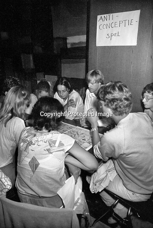 Nederland, Nijmegen, 19-8-1983<br /> Tijdens de introductie voor eerstejaars studenten aan de Katholieke, later Radboud, universiteit is traditioneel een dag ingeruimd als informatiemarkt. Dit jaar gebeurde dat in concertgebouw de Vereeniging.<br /> FOTO: FLIP FRANSSEN/ HOLLANDSE HOOGTE