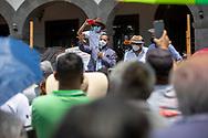 14 abril 2021. Tultepec, Estado de México. Pirotécnicos de Tultepec, Estado de México, realizaron una marcha y ocuparon la explanada del palacio municipal para exigir al edil Marco Cruz Cruz, que defienda los límites territoriales del municipio, principalmente la zona de producción pirotécnica conocida como La Saucera pues el plan de desarrollo del Aeropuerto Internacional Felipe Ángeles amenaza con reducir la zona de trabajo de los artesanos. Marco Cruz atendió a los pirotécnicos fuera del palacio y recibió a una comisión en el salón de cabildo.