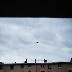 Un avion dans le ciel, vu du balcon chez Rebecca. Maisons-Alfort, France. 16 fevrier 2020.