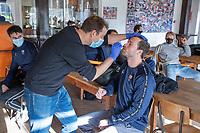 BLOEMENDAAL - Roel Bovendeert (Bldaal) wordt getest.  Corona sneltest bij de heren van Bloemendaal , 2 uur voor de oefenwedstrijd tegen Pinoke H1.   COPYRIGHT KOEN SUYK