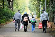 Nederland, the Netherlands, Nijmegen, 12-10-2015 Vluchtelingen arriveren op kamp, tentenkamp Heumensoord, de tijdelijke noodopvang, azc, van het COA, nadat zij in de stad boodschappen hebben gedaan. In totaal komt er plaats voor 3000 asielzoekers.  Aan het kamp wordt nog volop gewerkt aan met name de infrasrtuctuur voor elektra, afvoer en water. DGFoto  editie NijmegenFOTO: FLIP FRANSSEN