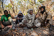 Éleveur nomade soudanais, Zacharia (au centre) négocie avec un garde de Chinko (à gauche, en vert) après avoir pénétré illégalement dans le parc avec ses boeufs.