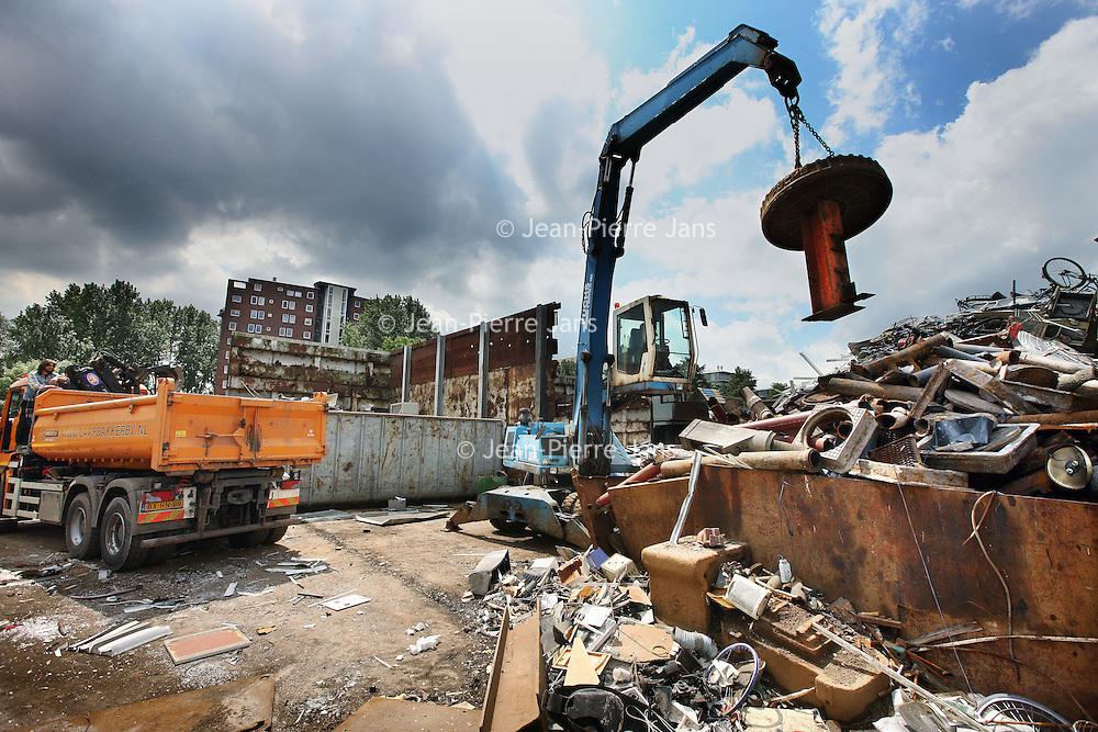 Nederland, Amsterdam , 20 juni 2011..Schroothandelaar Kapteijn, aan het Zeeburgpad,recycling van schroot en Non-Ferro metalen..Foto:Jean-Pierre Jans