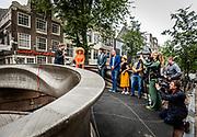 AMSTERDAM, 15-07-2021, Oudezijds Voorburgwal <br /> <br /> Koningin Maxima heeft op de Oudezijds Achterburgwal in Amsterdam een 3D-geprinte brug geopend. Na de opening met behulp van een robot, sprak Koningin Máxima met de ontwerpers, bouwers, gemeente en buurtbewoners. <br /> Brunopress/POOL/Remko de Waal<br /> <br /> Queen Maxima has opened a 3D-printed bridge on Oudezijds Achterburgwal in Amsterdam. After the opening with the help of a robot, Queen Máxima spoke with the designers, builders, municipality and local residents.