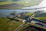 Nederland, Gelderland, Sint Andries, 11-02-2008; Kanaal van Sint Andries, met schutsluis, tussen Maas (links) en Waal (buiten beeld, zie andere foto's); schip verlaat sluiskolk; de geopend sluis zorgt voor een file voor het lokale verkeer; kolk, sluiskolk, schutten, St. Andries;..luchtfoto (toeslag); aerial photo (additional fee required); .foto Siebe Swart / photo Siebe Swart