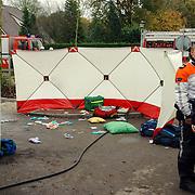 NLD/Huizen/20051122 - Busje ontploft van gehandicapten vervoer bij blindeninstituut Visio Huizen, bestuurder zwaargewond, bleek later een aanslag met een explosief te zijn, bom, bomaanslag, afzetting