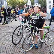 NLD/Amersfoort/20180929 - Bn-er fietsen de Zuiderzee Klassieker 2018,  Jose Karens met haar 7 jarige zoon  Mart de Jongste deelnemer