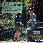 NLD/Hilversum/19970609 - Liz Snoyink en partner Jelte Velzen storten tuinafval bij de VAM in Hilversum