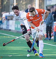 BLOEMENDAAL -16/09//2016  hockey Bloemendaal - Oranje-Rood mannen (4-1).  Roel Bovendeert (Bl'daal) in duel met Robert van de Horst (Oranje-Rood)  (links) . rechts coach Michel van den Heuvel (Bl'daal).  COPYRIGHT KOEN SUYK