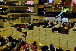 Consumidora no Armazém das Fábricas, loja de sapatos em Novo Hamburgo, no Vale dos Sinos, também conhecido como o pólo coureiro calçadista no Rio Grande do Sul. FOTO: Jefferson Bernardes/Preview.com