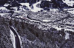 THEMENBILD - die Ramsauerstrasse und Schladming mit Winterlandschaft und Verkehr, aufgenommen am 17. Dezember 2018 in Schladming, Oesterreich // the Ramsauerstrasse and Schladming with winter landscape and traffic, Schladming, Austria on 2018/12/17. EXPA Pictures © 2018, PhotoCredit: EXPA/ JFK