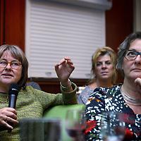 Nederland, Amsterdam , 4 december 2014.<br /> Veertig fouten op één A4-tje | Amsterdamse Academische Club<br /> Hoe staat het met de taalvaardigheid van onze studenten?<br /> Debat<br /> Staat de gebrekkige taalvaardigheid van universitaire studenten het bereiken van een adequaat academisch niveau in de weg? En leidt het in het ergste geval tot studievertraging en uitval? Hoe is dat bij de UvA en wat is eraan te doen?<br /> Dat zijn enkele van de vragen waar tijdens deze bijeenkomst over wordt gediscussieerd door Folkert Kuiken en Joke Olie.<br /> Over de sprekers<br /> Prof. dr. Folkert Kuiken is sinds 2005 bijzonder hoogleraar Nederlands als Tweede Taal én wetenschappelijk directeur van het Instituut voor Nederlands taalonderwijs en taaladvies (INTT)<br /> Drs. Joke Olie is docente Nederlands als eerste en Nederlands als tweede taal. Zij heeft jarenlang moedertaalonderwijs, lessen NT2 en (kunst)geschiedenis gegeven aan diverse scholen en instituten en is sinds 2001 verbonden aan het INTT.<br /> Drs. Joke Olie is docente Nederlands als eerste en Nederlands als tweede taal. Zij heeft jarenlang moedertaalonderwijs, lessen NT2 en (kunst)geschiedenis gegeven aan diverse scholen en instituten en is sinds 2001 verbonden aan het INTT.<br /> Op de foto: Bezoekers van het debat, veelal gepensioneerde docenten mengen zich in het debat.<br /> Foto:Jean-Pierre Jans