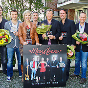 NLD/Volendam/20101018 - Cd presentatie Mon Amour, Bandleden Mon Amour met hun cd a matter of time