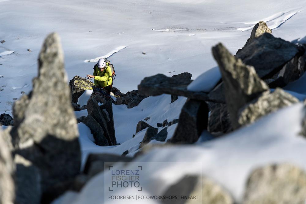 Ein Alpinist im oberen Teil des SE-Grats des Galenstocks, wo das Gelände in Blockschutt übergeht, Furka, Uri, Schweiz<br /> <br /> An alpinist in the upper parts of the SE-Ridge of the Galenstock where the terrain is getting easier, Furka, Uri, Switzerland