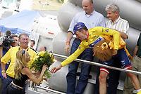 Sykkel<br /> Tour de France<br /> Foto: Dppi/Digitalsport<br /> NORWAY ONLY<br /> <br /> STAGE 15 <br /> VALREAS > VILLARD DE LANS<br /> 20/07/2004<br /> <br /> LANCE ARMSTRONG (USA) / US POSTAL - WINNER WITH SHERYL CROW