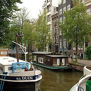 NLD/Amsterdam/20061001 - Gracht in Amsterdam met afgemeerde boten
