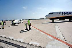 L'aeroporto di Brindisi (detto anche Papola - Casale) è un importante nodo di trasporto per tutta l'area e serve la provincia di Brindisi, la provincia di Lecce ed in parte quella di Taranto. Lo scalo dista solo 6 km dal centro cittadino, facilmente raggiungibile con i mezzi pubblici..L'aeroporto di Brindisi è una delle porte per il Salento e le sue bellezze e ha collegamenti giornalieri con le maggiori città italiane ed europee..Storicamente si è sviluppato a partire dagli anni '30 con una pista costruita dal Demanio Militare. Lo sviluppo commerciale iniziò subito dopo con la compagnia Ala Littoria, che collegava Brindisi a Roma. Interrotta l'attività nel 1943 per gli eventi bellici, essa riprese regolarmente nel 1947. ?Pochi anni dopo la fine della seconda guerra mondiale l'Alitalia subentrò sulla rotta ed al primo collegamento si aggiunse quello con Catania via Bari...Sempre nello stesso periodo una nuova aerostazione passeggeri sostituisce la precedente, mentre lo scalo di Brindisi viene utilizzato come scalo per i voli diretti nel Medio Oriente, data la completa momentanea inagibilità di Corfù. Tra gli anni 60 e 70 la seconda pista viene allungata..Dal 1970 al 1974 la Olympic Airways collega lo scalo con Corfù, mentre nel '74, con l'introduzione del DC 9/30, l'Ati inaugura il servizio Brindisi-Bari-Genova-Milano Linate. I servizi del gruppo Alitalia durano fino ai giorni nostri, anche se l'Ati subentra all'Alitalia, ma gli unici voli diretti operativi rimangono quelli con Milano e Roma..Nell' Aprile 1995 si aggiunge un servizio giornaliero dell'Aliadriatica, con B737, ma poco dopo la compagnia, divenuta Air One, abbandona lo scalo.?Negli anni ottanta le strutture vengono sostanzialmente modificate con l'edificazione di una serie di edifici, tra cui una caserma dei Vigili del Fuoco ed una struttura per il traffico merci..Informazioni Centralino Tel. 080 - 5800200.fonte testo: www.aeroportodibrindisi.com/