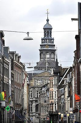 Nederland, Maastricht, 9-2-2014 De maaskade aan de kant van het stadscentrum. Zicht op de markante toren, van het  oude stadhuis, gemeentehuis.Foto: Flip Franssen/Hollandse Hoogte